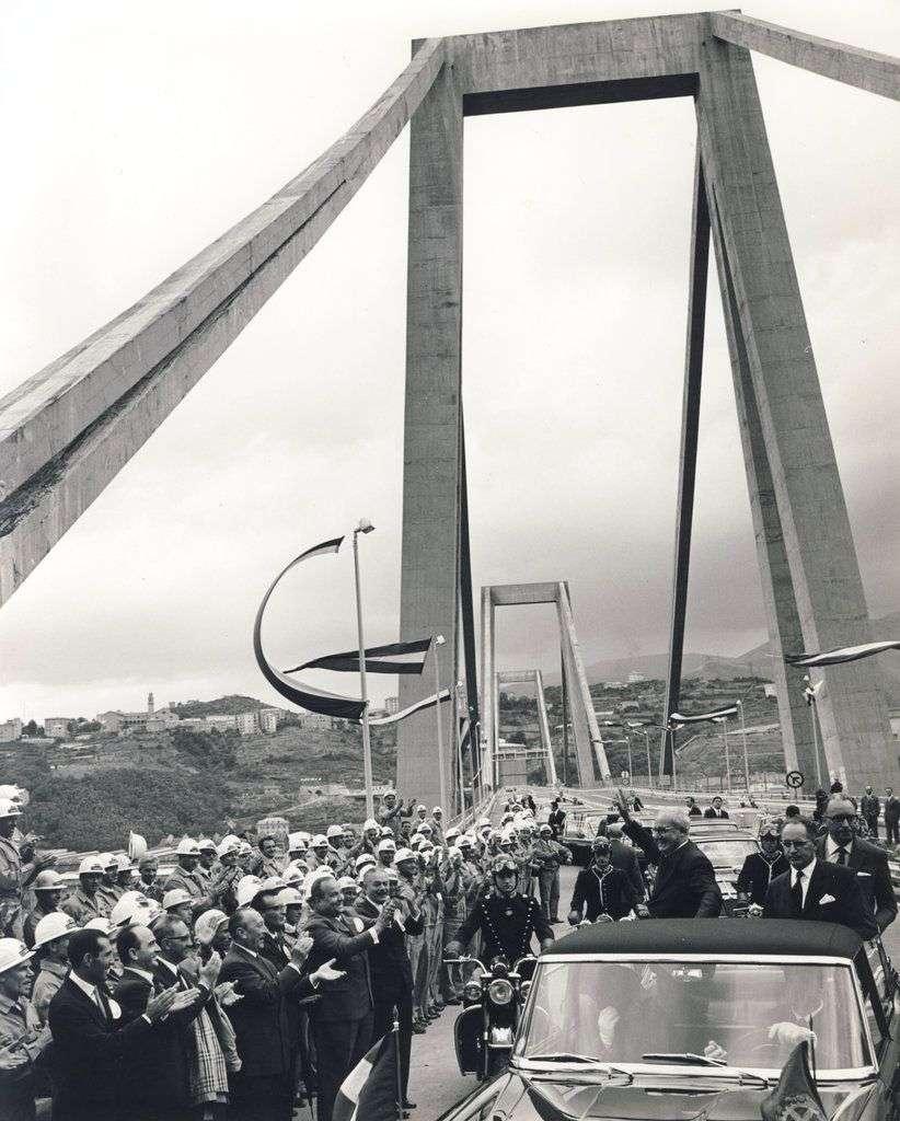 En esta fotografía del 4 de septiembre de 1967, el entonces presidente de Italia Giuseppe Saragat, parado en el auto saludando, inaugura el viaducto Polcevera, también conocido como el puente Morandi, después de ser construido en Génova, Italia. Foto: Autostrade per l'Italia vía AP.