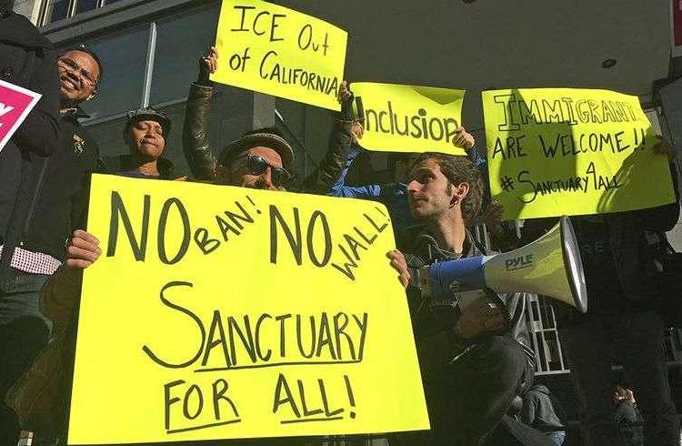 Manifestantes proinmigrantes sostienen letreros afuera de un tribunal en San Francisco, California. Foto: Haven Daley / AP / Archivo.