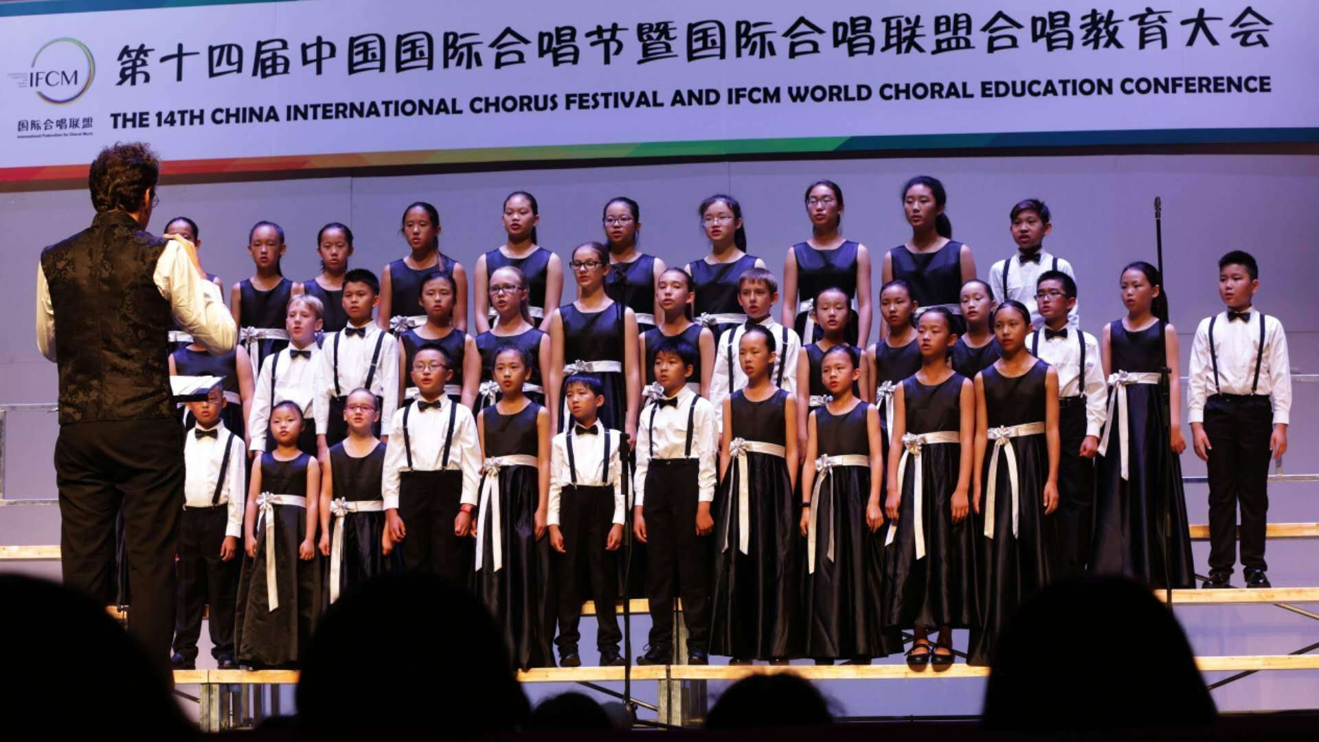 Antonio Llaca directing the Chinese Canadian Children's Choir of Canada (C5) during a performance in the Tianquiao Performing Arts Center in Beijing. The C5 will perform in Havana directed by Llaca in March next year. Photo: Courtesy of the interviewee.