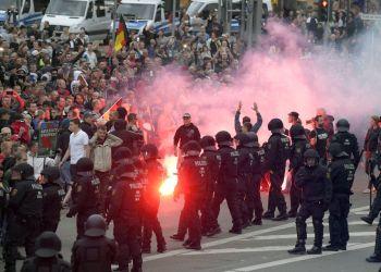 Manifestantes prenden petardos durante una manifestación en Chemnitz, Alemania, el lunes 27 de agosto de 2018. Foto: Jens Meyer / AP.
