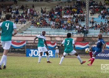 Andy Baquero (der) es uno de los futbolistas cubanos con mejor proyección en la actualidad. Foto: Otmaro Rodríguez.