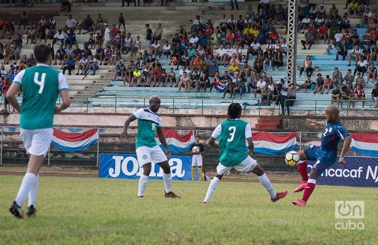 Andy Baquero (der) en un partido clasificatorio en La Habana para la Liga de las Naciones de la Concacaf. Foto: Otmaro Rodríguez / Archivo.