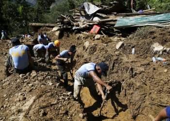 Rescatistas continuaban el lunes 17 de septiembre de 2018 con las labores para rescatar a las víctimas que quedaron enterradas bajo un deslizamiento provocado por el tifón Mangkhut, en la provincia norteña de Benguet, Filipinas. Foto: Aaron Favila / AP.