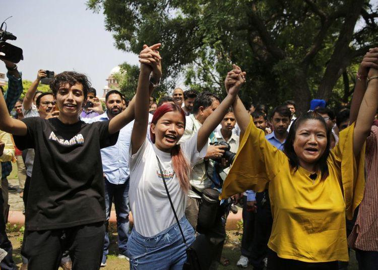 Partidarios y miembros de la comunidad LGBTIQ celebran en el exterior de la Corte Suprema la anulación de la ley de la época colonial que castigaba los actos homosexuales con hasta 10 años de cárcel, en Nueva Deli, India, el 6 de septiembre de 2018. Foto: Altaf Qadri / AP.