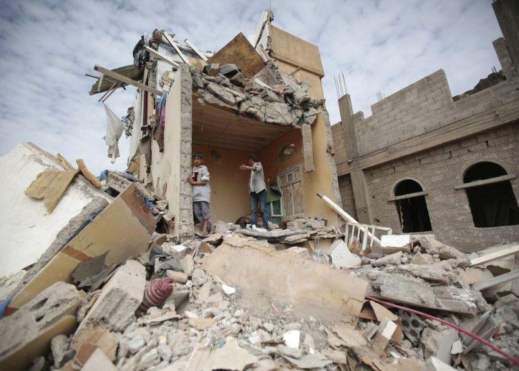 Niños sobre los escombros de una casa destruida por un bombardeo de la coalición militar que encabeza Arabia Saudí contra los rebeldes hutíes en Saná, Yemen, el 25 de agosto de 2017. Foto: Hani Mohammed / AP.