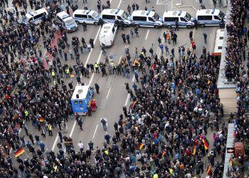 La policía separa a manifestantes de derecha y de izquierda que participaban en manifestaciones contrarias, en Chemnitz, en el este de Alemania, el 1 de septiembre de 2018. Foto: DPA via AP.