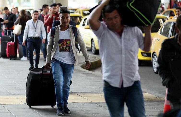 Exguerrilleros de las FARC llegan este martes 4 de Septiembre de 2018, al aeropuerto El Dorado de Bogotá, Colombia, para viajar a Cuba a estudiar medicina. Foto: Mauricio Dueñas Castañeda / EFE.