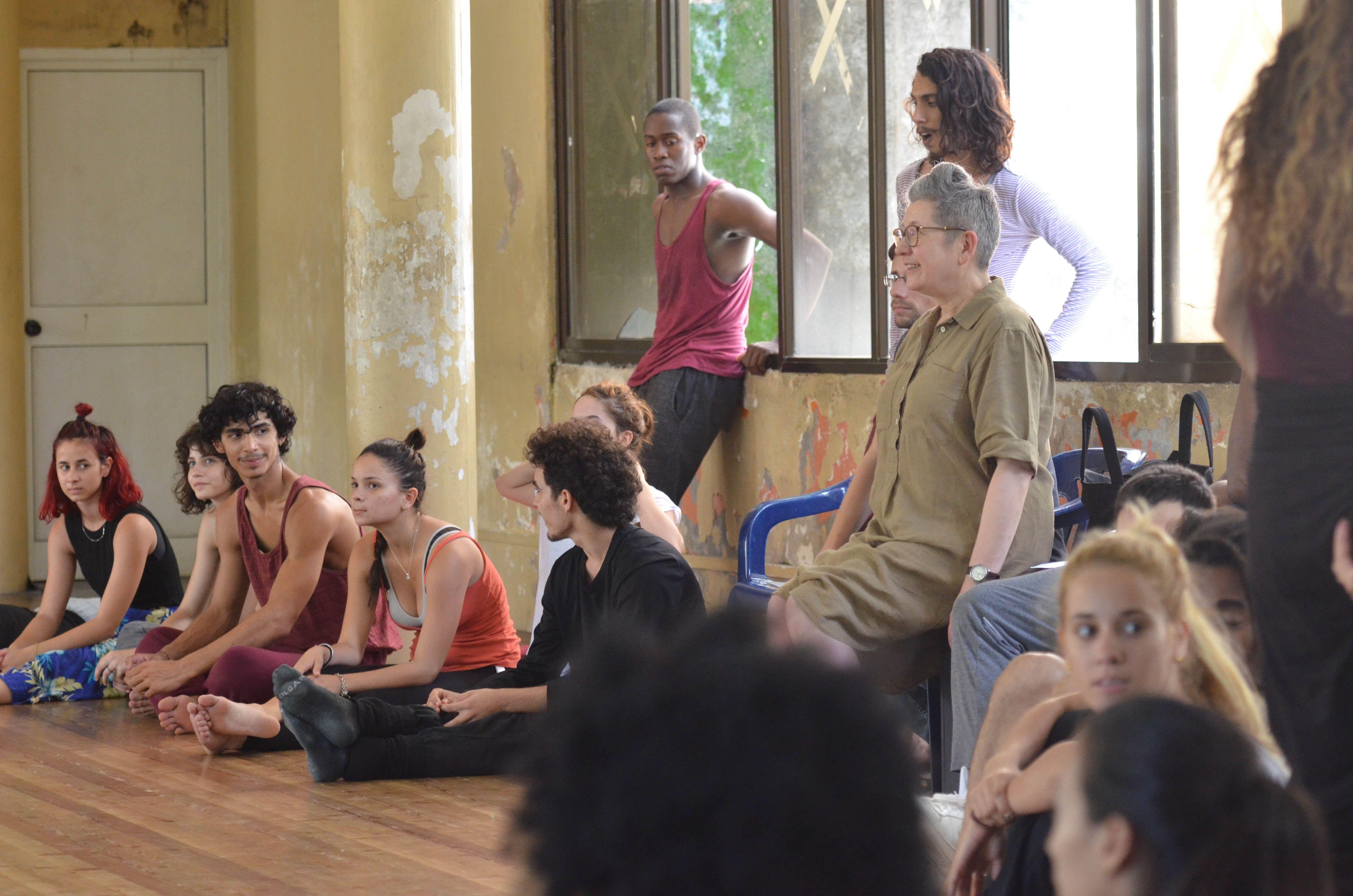 Bailarines de Dana Contemporánea de Cuba junto a la coreógrafa británica Lea Anderson. Foto: Adolfo Izquierdo.