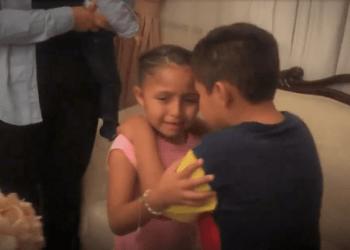Dos niños se abrazan llorando al creerse invisibles. Fotograma de un video en youtube publicado por TheChallenge MX
