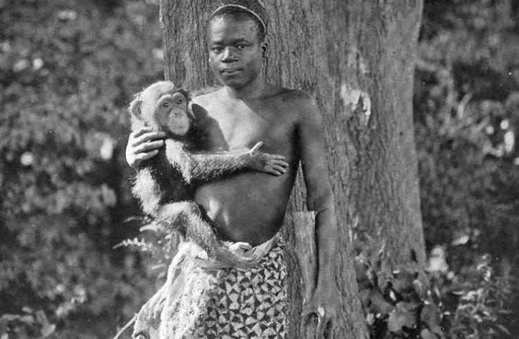 Ota Benga en el Bronx Zoo en 1906. Foto: Wikimedia Commons.