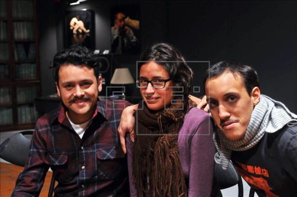 Los actores de la compañía mexicana Lagartijas tiradas al sol. Foto: EFE.