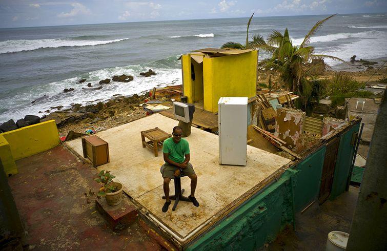 Roberto Figueroa Caballero sentado en lo que queda de su casa en el barrio de La Perla, en San Juan, el 5 de octubre del 2017 tras el paso del huracán María por Puerto Rico. Foto: Ramón Espinosa / AP / Archivo.