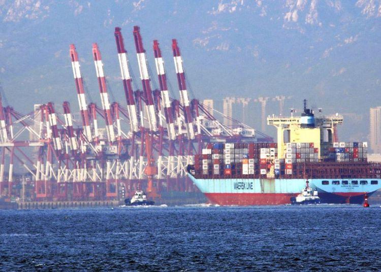 Remolcadores mueven un barco con contenedores en el puerto de Qingdao, en la provincia de Shandong, en el este de China. Foto: Chinatopix via AP.