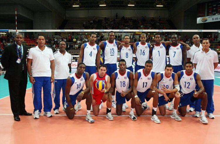 Los 12 jugadores, junto al colectivo técnico, que defendieron los colores de Cuba y ganaron plata en el Mundial de Voleibol del 2010. Foto: FIVB