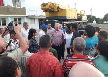 Miguel Díaz-Canel (centro) visita el poblado de Batabanó, al sur del occidente cubano para conocer los daños causados por el huracán Michael. La imagen fue publicada por el presidente cubano en su recién estrenada cuenta en Twitter. Foto: @DiazCanelB / Twitter.