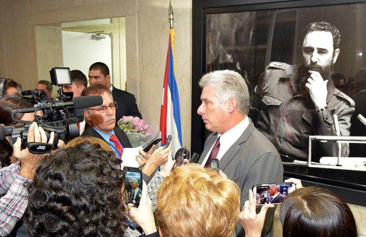 Miguel Díaz-Canel habla con la prensa cubana sobre su viaje a Nueva York. Foto: Estudios Revolución.
