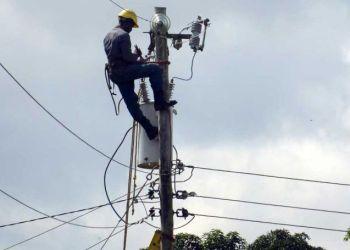 Movilizados de cinco provincias han apoyado la recuperación del servicio eléctrico en Pinar del Río tras el paso del huracán Michael. Foto: Granma.