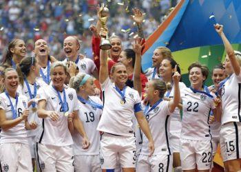 La selección de mujeres de Estados Unidos festeja tras vencer a Japón en la final de la Copa del Mundo femenil en Vancouver, Canadá, el 5 de julio de 2015. Foto: Elaine Thompson / AP.