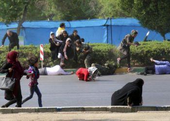 En esta fotografía facilitada por la agencia noticiosa Mehr, varios civiles corren en busca de refugio luego de desatarse un tiroteo durante un desfile militar en la ciudad de Ahvaz, Irán, el sábado 22 de septiembre de 2018. Foto: Agencia noticiosa Mehr, Mehdi Pedramkhoo/AP.