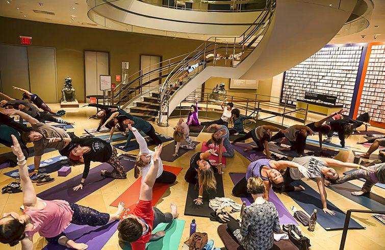 El maestro de 100 años Tao Porchon-Lynch imparte una clase de yoga en el Museo Rubin de Arte en Nueva York. Foto: Chas Kimbrell / NY YOGA + LIFE / Rubin Museum of Art vía AP.