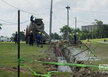 """Trabajos en el soterramiento de cables en la Plaza de la Revolución """"José Martí"""" de La Habana. Foto: Otmaro Rodríguez."""