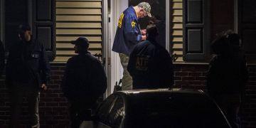 Agentes del FBI allanan una vivienda en la investigación de la matanza de 11 personas en una sinagoga en Pittsburgh, 27 de octubre de 2018. Foto: Michael M. Santiago / Pittsburgh Post-Gazette vía AP.