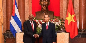 El presidente de Vietnam, Tran Dai Quang, fallecido este 21 de septiembre, junto al primer vicepresidente cubano Salvador Valdés Mesa. Foto: @EmbaCubaVietnam / Twitter.