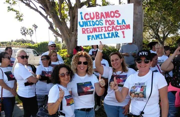 Decenas de cubanos demandaron este lunes frente a las oficinas del senador republicano Marco Rubio en Miami el restablecimiento del Programa Parole de Reunificación Familiar Cubano. Foto: @ANeiSAh87THjaaB / Twitter.