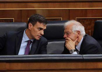 El canciller español, Josep Borrell (derecha), conversa con el presidente del Gobierno de España, Pedro Sánchez. Foto: EFE.
