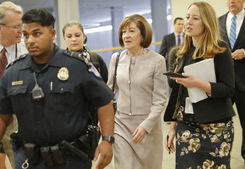 La senadora republicana Susan Collins es entrevistada en pasillos por reporteros antes de una votación sobre el nombramiento de Brett Kavanaugh a la Corte Suprema, en el Capitolio, en Washington, el viernes 5 de octubre de 2018. (AP Foto/Pablo Martinez Monsivais)