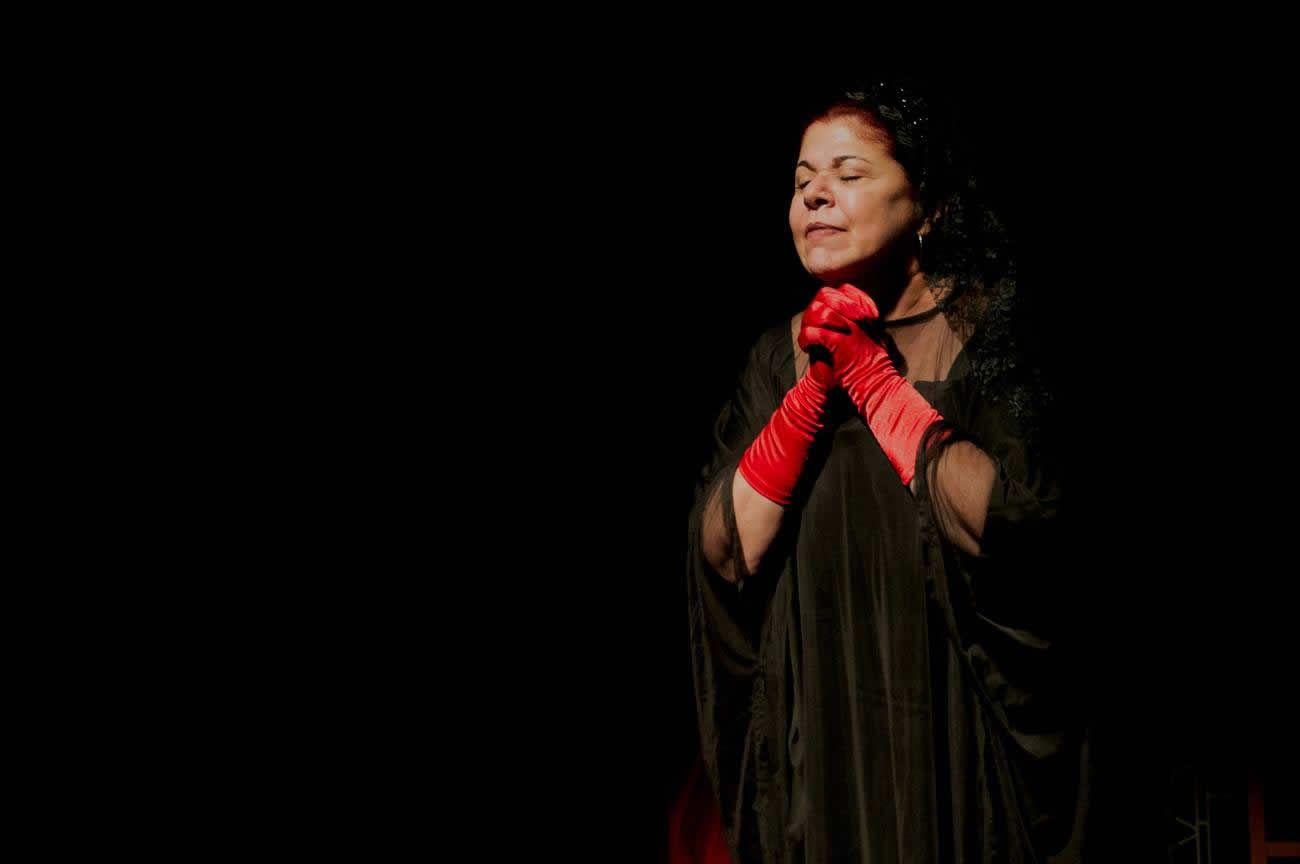 "Susana Pérez interpreta a la Jabá en ""Habana Café"", una obra sobre el famoso chulo habanero Yarini. Foto: Otmaro Rodríguez."