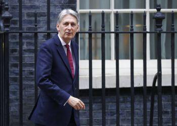 El secretario británico del Tesoro, Philip Hammond, pasa frente a 10 Downing Street, Londres, 22 de noviembre de 2018. Dejar la Unión Europea, con independencia de los términos en los que se haga, dejará a la economía británica en una posición peor que permanecer en el bloque, dijo Hammond el miércoles 28 de noviembre de 2018. (AP Foto/Kirsty Wigglesworth)