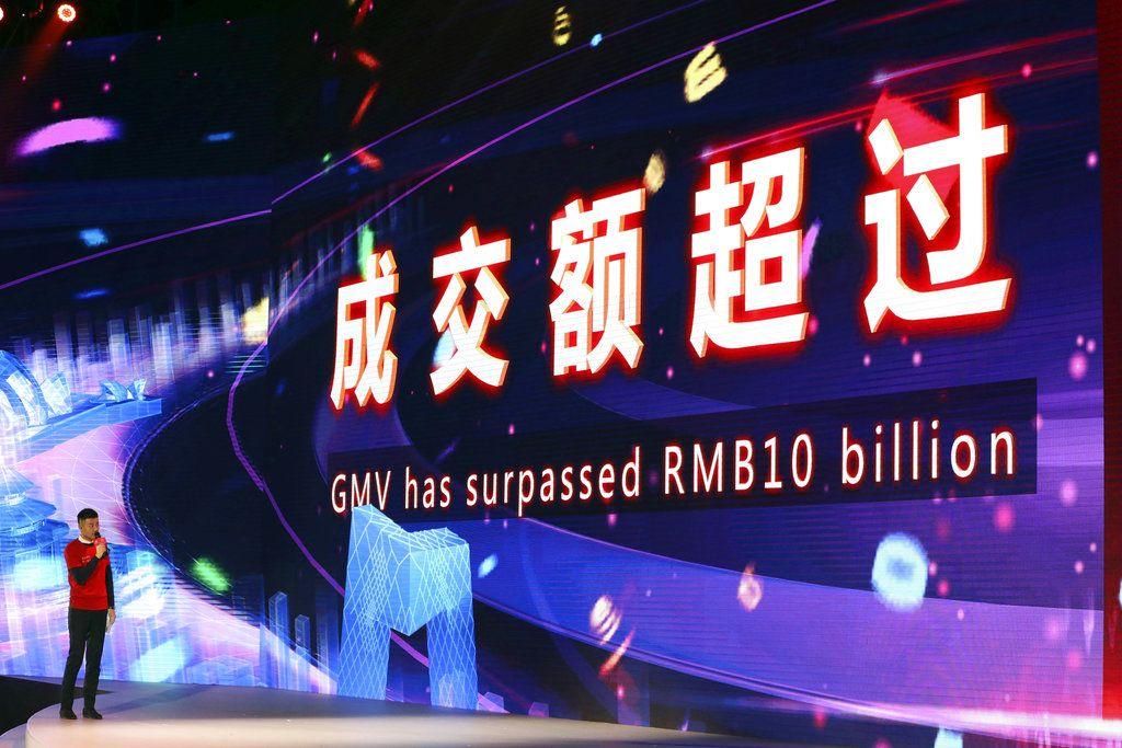 Una pantalla electrónica muestra el momento en el que las ventas superan los 10.000 millones de yuanes (1.430 millones de dólares) a través de las plataformas del gigante en línea chino Alibaba, en Shanghai, China, el domingo 11 de noviembre de 2018. (AP Foto/Ng Han Guan)