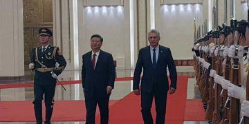 El presidente cubano, Miguel Díaz-Canel (der) es recibido por su homólogo chino Xi Jinping, en el Gran Palacio del Pueblo de Beijing, el 8 de noviembre de 2018. Foto: @CubaMINREX / Twitter.