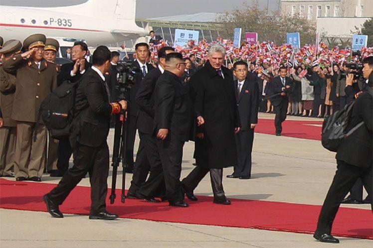 El presidente cubano, Miguel Díaz-Canel, junto al líder de Corea del Norte, Kim Jong-un, durante su visita a Pionyang. Foto: ACN.