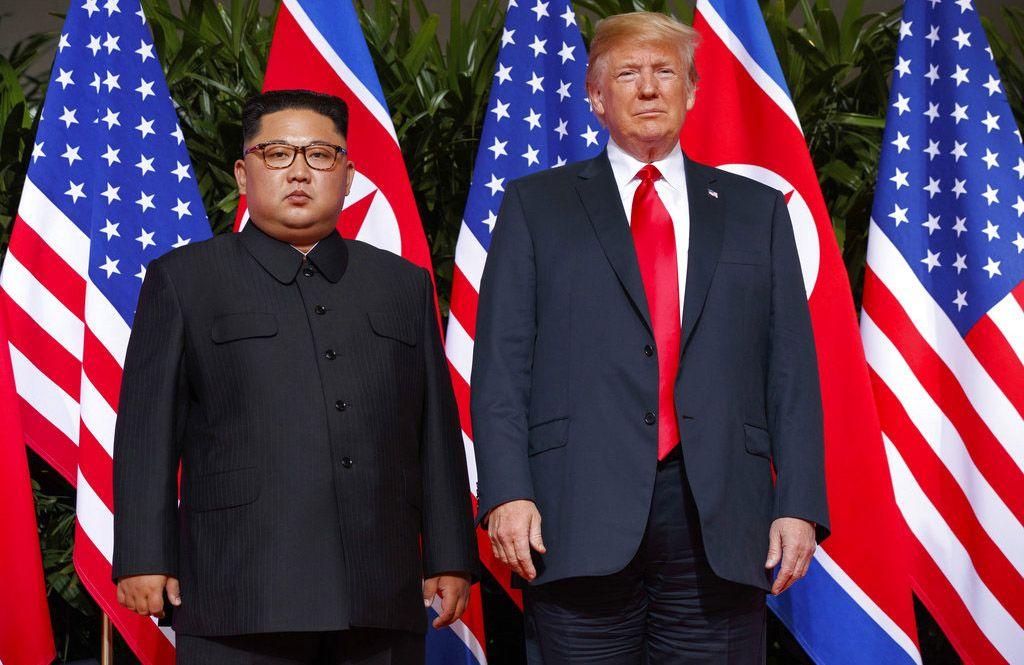 Imagen de archivo, tomada el 12 de junio de 2018, en la que el presidente de Estados Unidos, Donald Trump (derecha), se reúne con el líder norcoreano, Kim Jong Un, en la isla Sentosa, en Singapur. Foto: Evan Vucci / AP / Archivo.