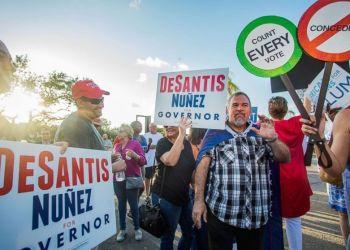 Votantes republicanos y demócratas se enfrentan en Broward, Florida. Foto: Ian Witlen/REX/Shutterstock via ABC.