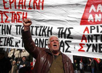 Protesta durante una huelga de 24 horas en Atenas el miércoles, 28 de noviembre del 2018. Los sindicatos quieren que el gobierno elimine partes claves de los paquetes de austeridad. Foto: Thanassis Stavrakis / AP.