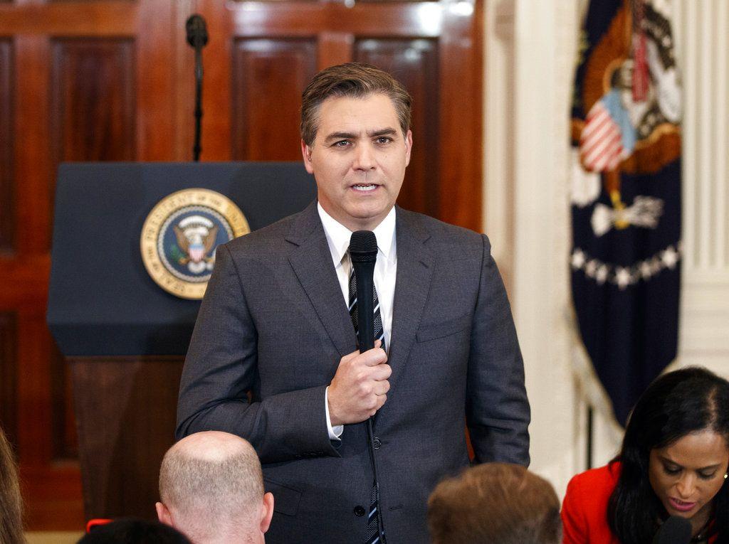 El periodista de la CNN Jim Acosta antes de una conferencia de prensa del presidente estadounidense Donald Trump en la Casa Blanca, 7 de noviembre del 2018. La CNN demandó a la Casa Blanca el martes, 13 de noviembre del 2018, por la revocación de la credencial de prensa de Acosta. Foto: Evan Vucci / AP.