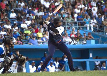 El holguinero Maikel Cáceres ha sido una bujía para los Cachorros en la Serie Nacional 58. Foto: Otmaro Rodríguez.
