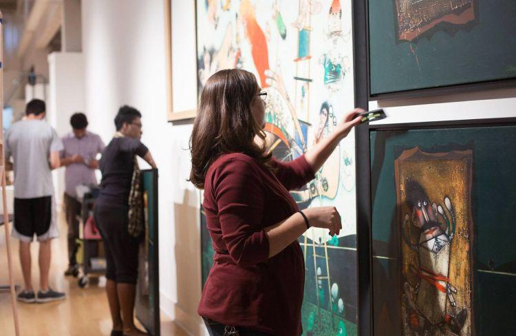 """Montaje de la muestra """"Pedro Pablo Oliva's Cuba: HiStories"""" en la Scarfone/Hartley Gallery de la Universidad de Tampa. Foto: Estudio de Arte Pedro Pablo Oliva / Facebook."""