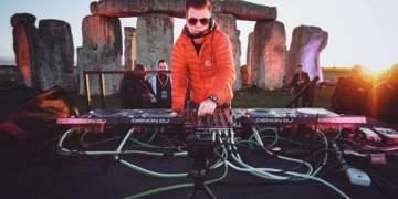 Paul Oakenfold durante su presentación en el monumento histórico Stonehenge. Foto: discjockeys.es.
