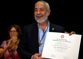 El novelista Leonardo Padura, muestra su diploma que lo acredita como miembro de la Academia Cubana de la Lengua este 26 de noviembre del 2018, en La Habana. Foto: Ernesto Mastrascusa / EFE.