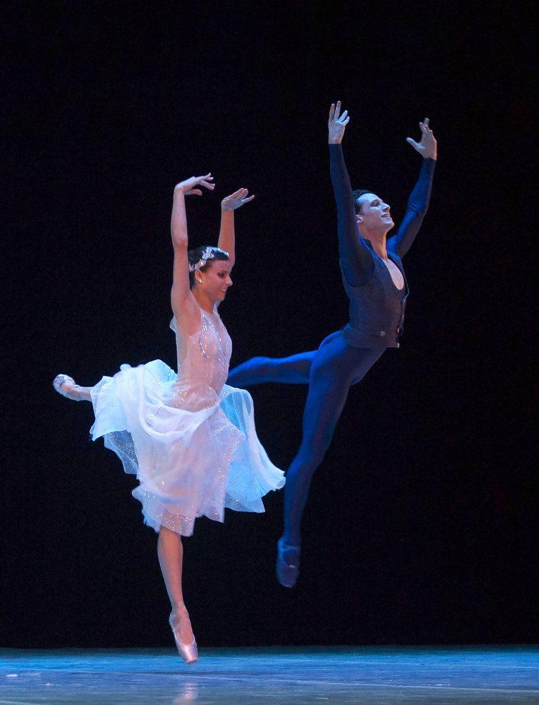 En esta imagen, tomada el 29 de octubre de 2018, los bailarines cubanos expatriados Yanela Piñera (izquierda) y Camilo Ramos, actualmente en el Queensland Ballet de Australia, actúan en La Habana. Foto: Desmond Boylan / AP.