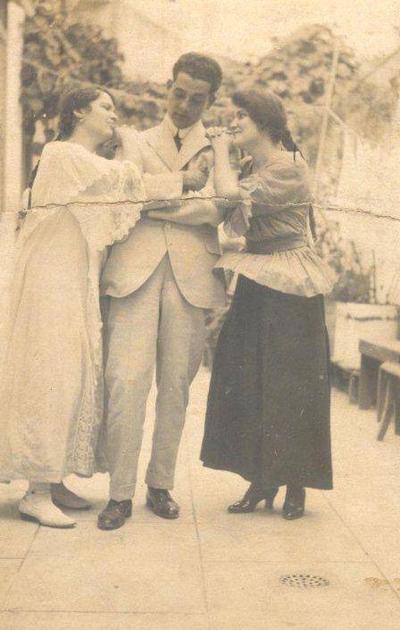 Abuela de blanco, un amigo y tía Loló. Foto: Archivo familiar.