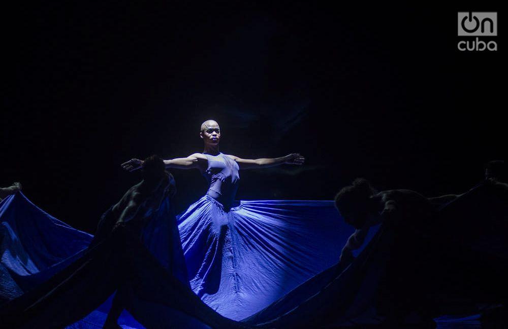 """Satori"", pieza del bailarín y coreógrafo Raúl Reinoso. Foto: Enrique Smith."