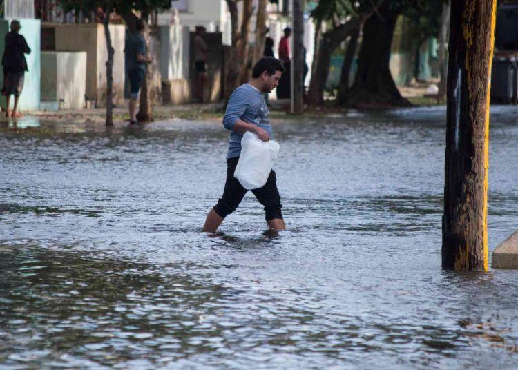 Inundaciones en la parte baja de la zona occidental de la Habana. Foto: Otmaro Rodríguez