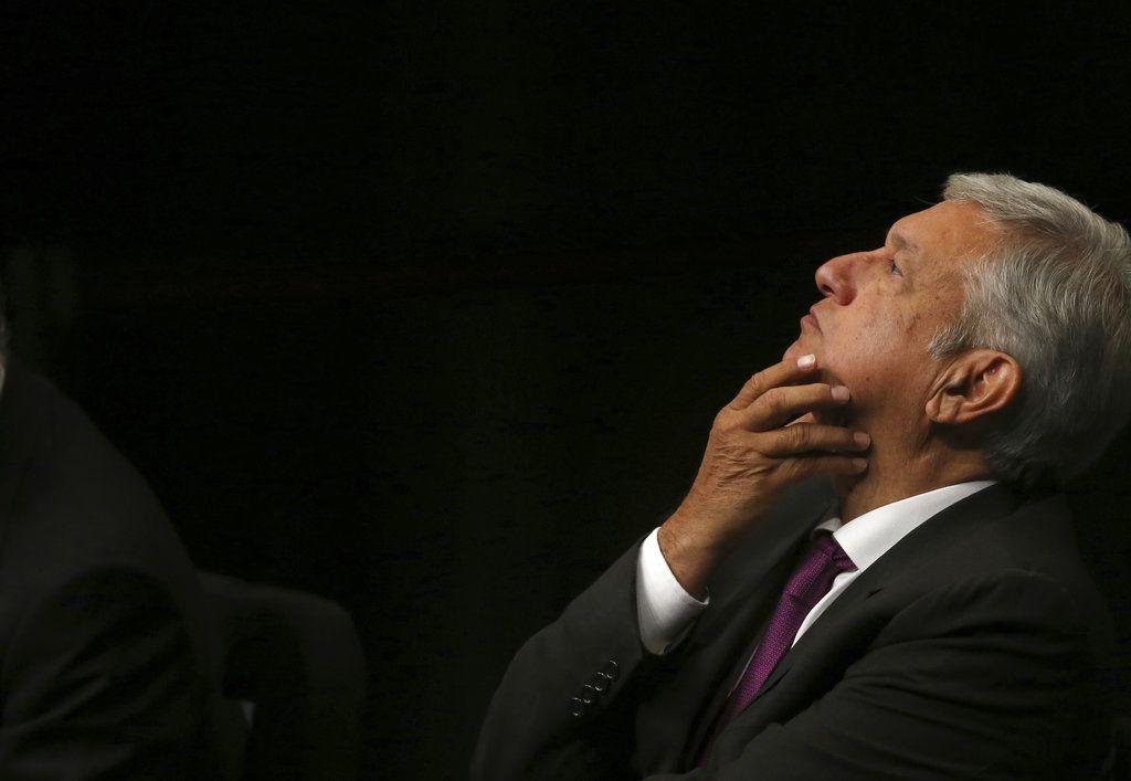 En esta imagen tomada el 20 de noviembre de 2017, el entonces aspiranten a la presidencia de México, Andrés Manuel López Obrador, llega al Auditorio Nacional, en la Ciudad de México. Foto: Marco Ugarte / AP.