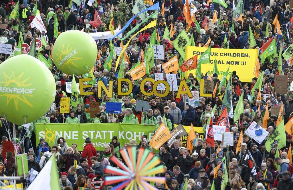 Una multitud marcha exigiendo más acciones para combatir el cambio climático, en Colonia, Alemania, el 1 de diciembre del 2018. Foto: Henning Kaiser / dpa vía AP.