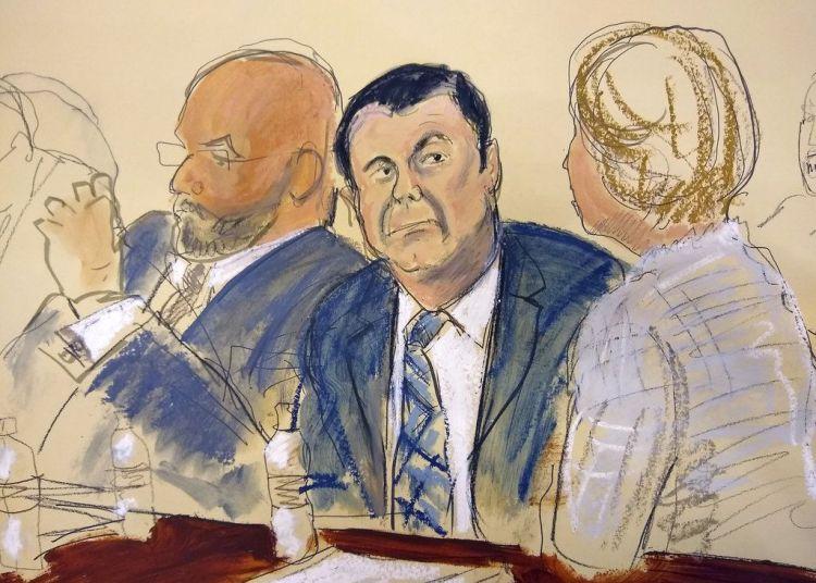 """Bosquejo realizado en el tribunal en Nueva York del narcotraficante mexicano Joaquín """"El Chapo"""" Guzmán (cent) al lado de su abogado Eduardo Balazero (izq) el 13 de noviembre del 2018. (Elizabeth Williams via AP)"""